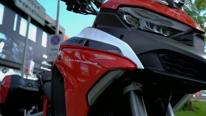 13 Ducati Multistrada V4S z bliska