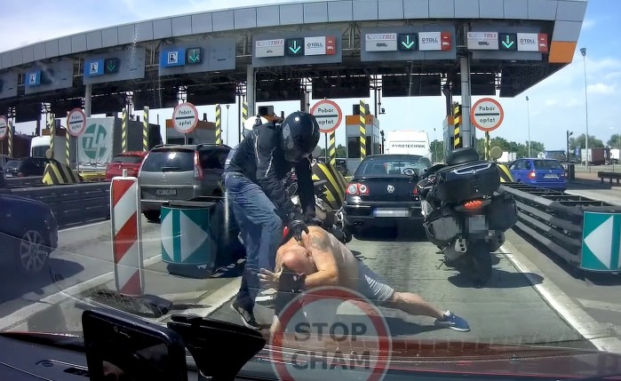 bojka motocyklisty z kierowca passata na bramkach autostrady a4