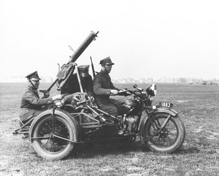 Ci zki karabin maszynowy wz. 30 zamontowany na ramie w lzka bocznego motocykla CWS M111 Sok l 1000