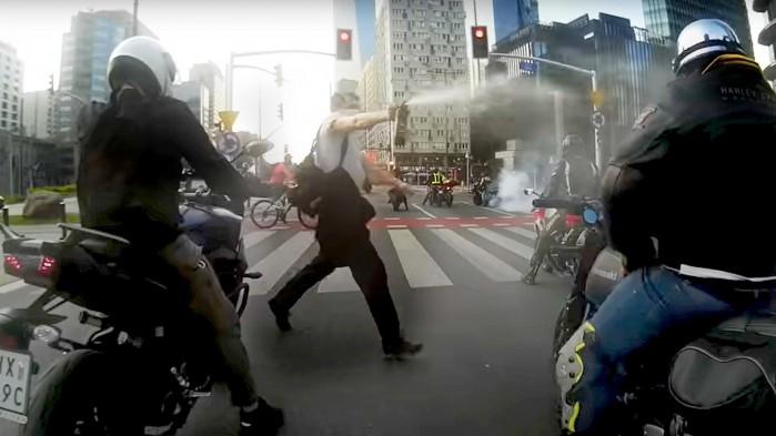 street terror atak gazem na motocyklistow warszawa rondo onz
