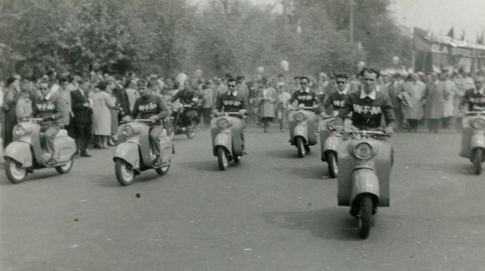 Skutery Osa 150 M50 podczas pochodu 1 majowego w 1959 roku. Fotografia ze zbior lw W odzimierza G siorka.