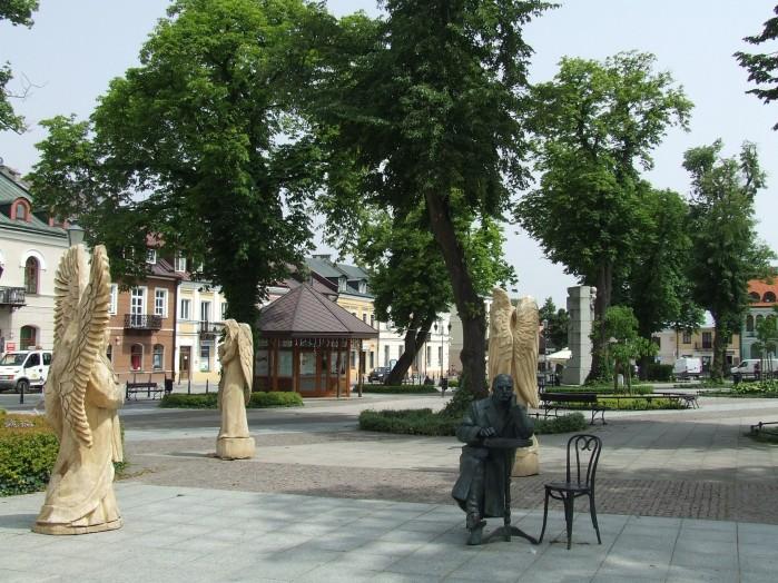 03 Rynek w Krasnymstawie zastawiony jest metalowymi i drewnianymi rzezbami