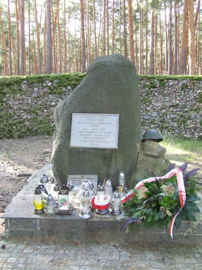 11 Kamien w Szancu zawiera inskrypcje dotyczace bohaterskiego majora