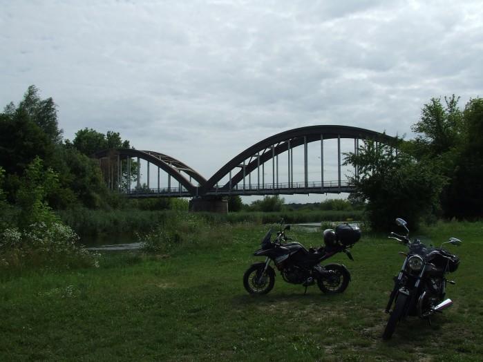 13 Kolo lukowego mostu w Bialobrzegach spinajacego brzegi Pilicy jest stanica wodna