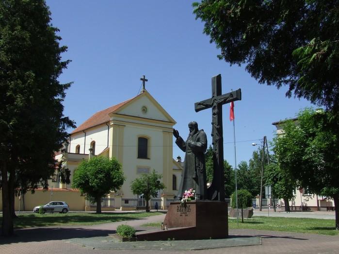 14 W Nowym Miescie przed zespolem klasztornym oo Kapucynow stoi posag Honorata Kozminskiego