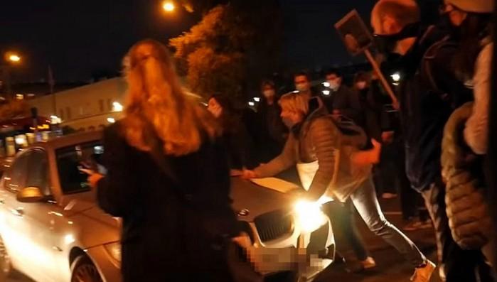 potracenie protestujacych kobiet 1
