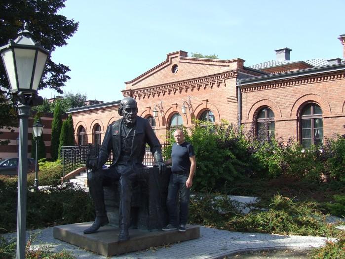 07 Przed zyrardowska Resursa stoi pomnik Filipa de Girard