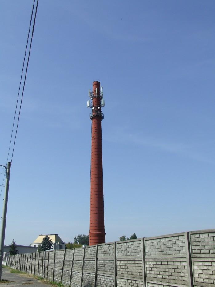 09 Z cukrowni w Guzowie pozostal tylko fabryczny komin jako maszt dla przekaznikow