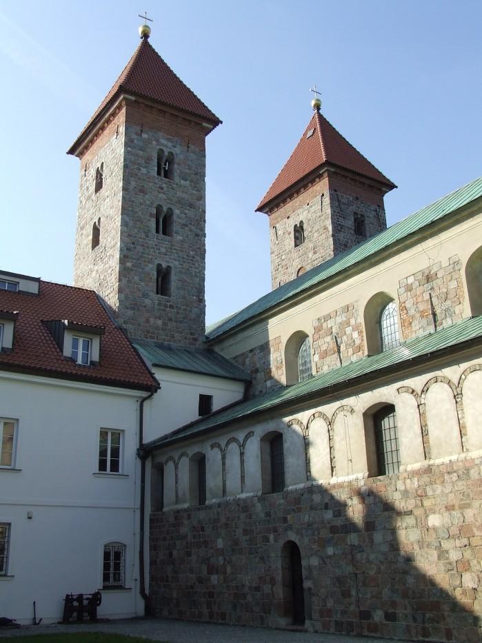 16 Widok z klasztornego dziedzinca na kosciol w Czerwinsku