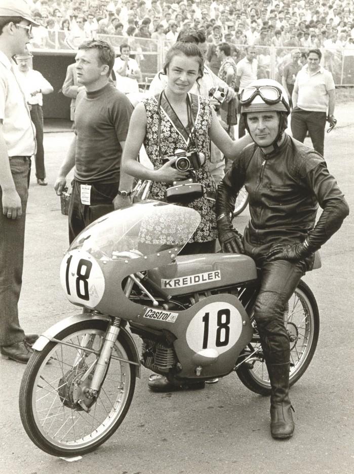 Ryszard Mankiewicz z zona przed wyscigiem klasy 50 cm3 na torze Sachsenring w 1971 roku