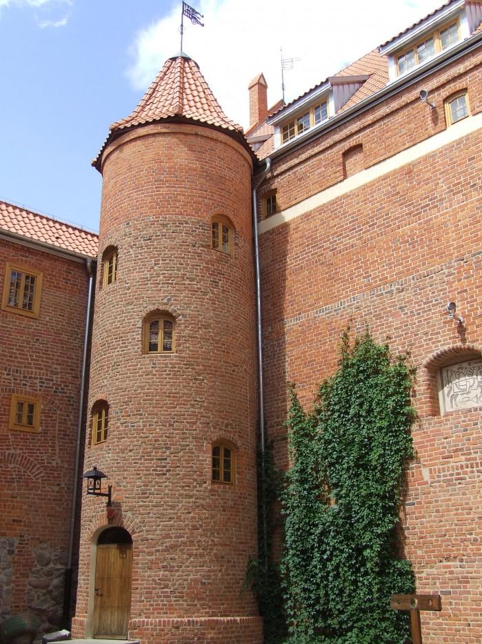 10 Na dziedzincu zamku w Ketrzynie