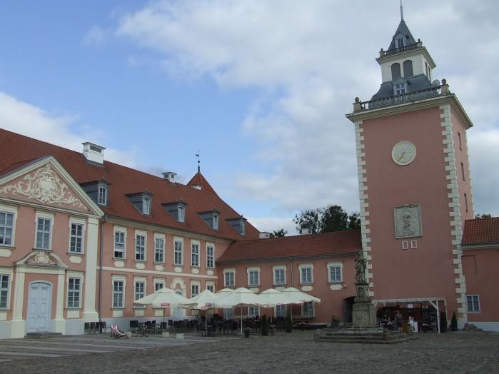 13 Przed biskupim palacem w Lidzbarku Warminskim