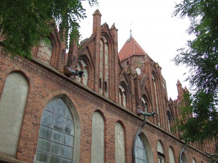 16 Architektoniczny detal rynny odplywowe tzw rzygacze ale jak dodaje kolorytu sredniowiecznej budowli sakralnej