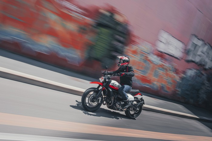MY22 Ducati Scrambler Urban Motard w akcji