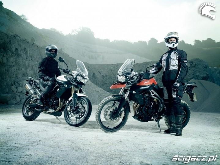 dwa modele Triumph Tiger 800 2011