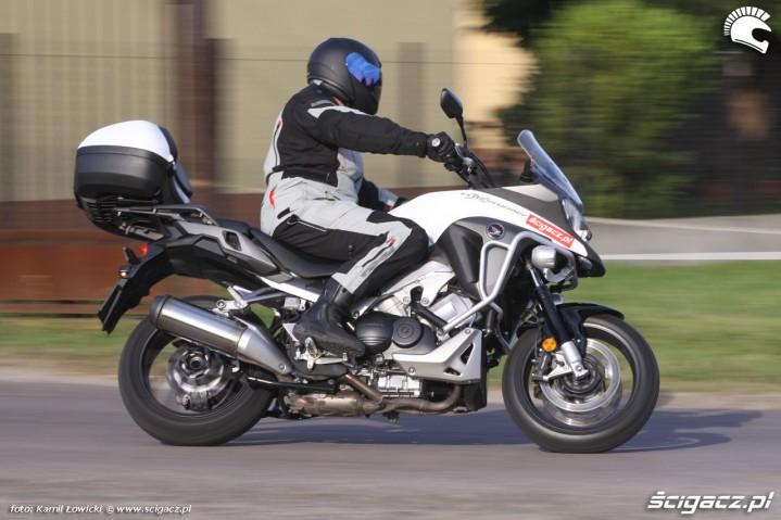 Honda VFR800X na zakretach