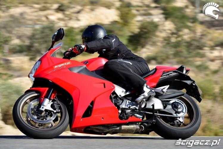 Honda_VFR800_dynamicznie_bokiem.jpg