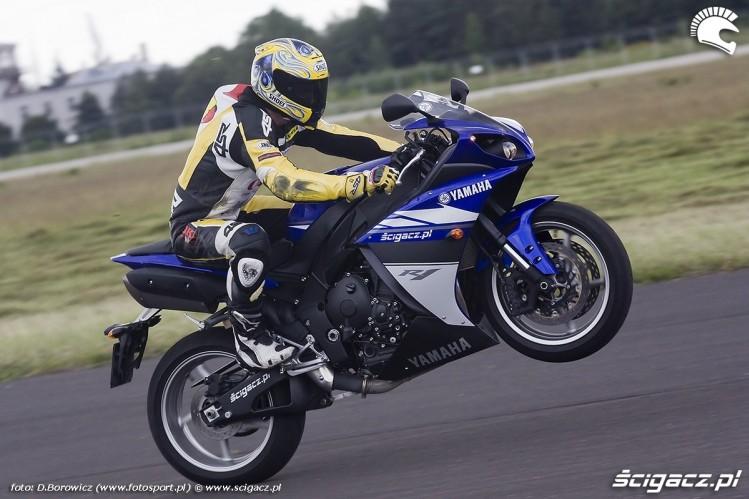 http://foto.scigacz.pl/cache/imgs/_w750/gallery/test_motocykli/Yamaha_YZF-R1_2009_kontra_Suzuki_GSX-R1000_2009/na_kole_yzf_r1_yamaha_test_b_mg_0128.jpg