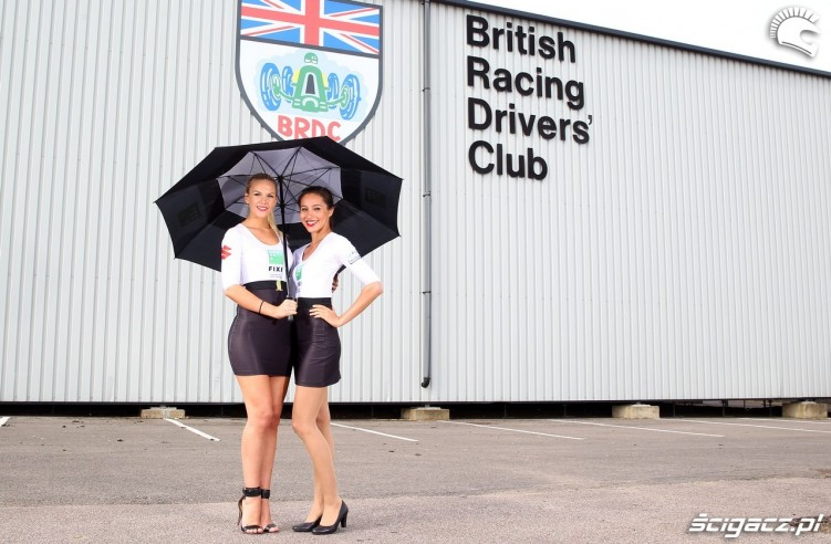 hostessy suzuki na tle british racing drivers club