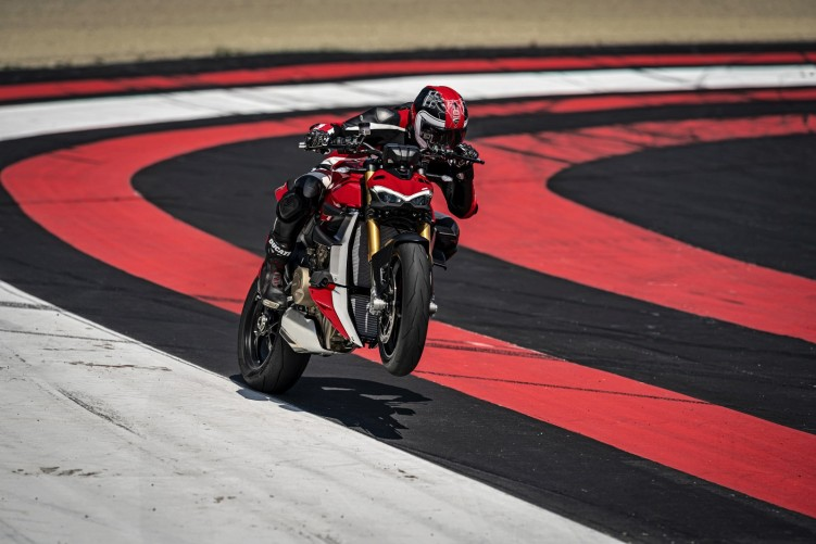 MY20 DUCATI STREETFIGHTER V4 S AMBIENCE 05 UC101669 Mid
