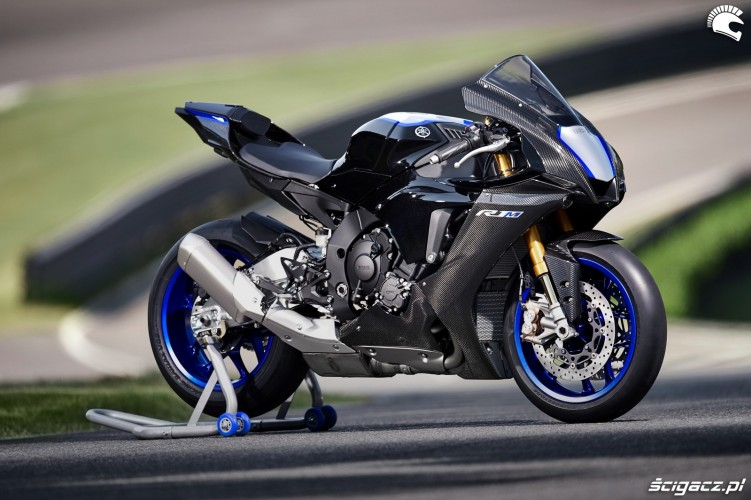 25 Yamaha R1 M 2020 statycznie