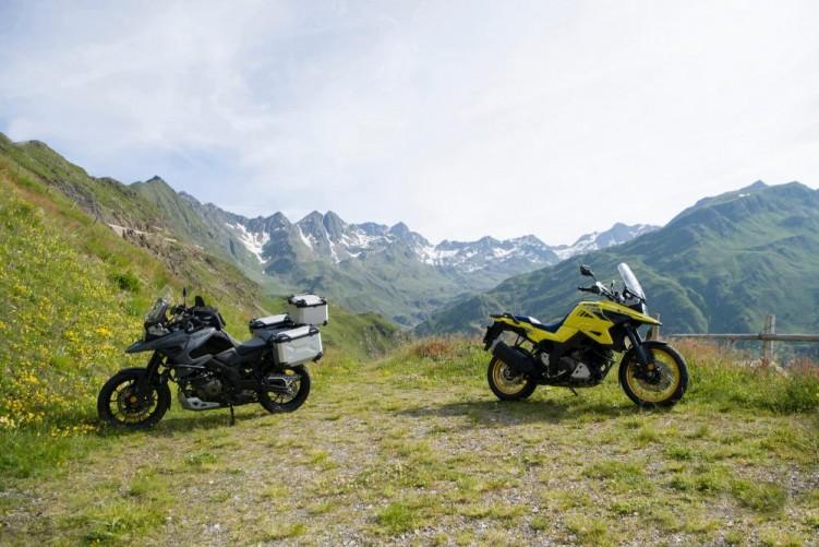 2020 Suzuki V Strom 1050 dwa motocykle postoj