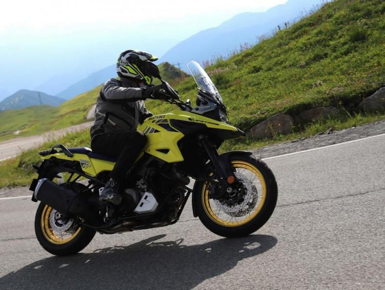 Suzuki V Strom 1050 2020 zakret lewy