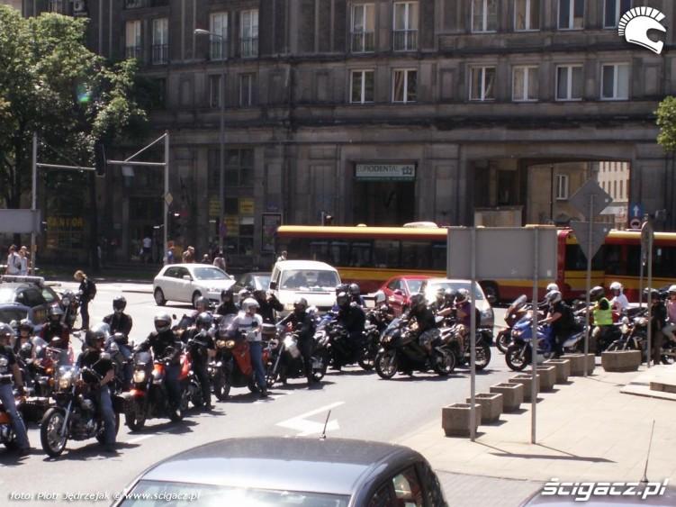 parada zawraca wokol placu konstytucji protest przeciwko oplatom na autostradach