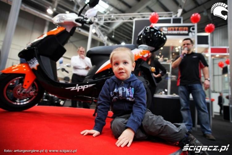 dziecko przy zippie Targi Motocyklowe w Warszawie - III Ogolnopolska Wystawa Motocykli i Skuterow 2011