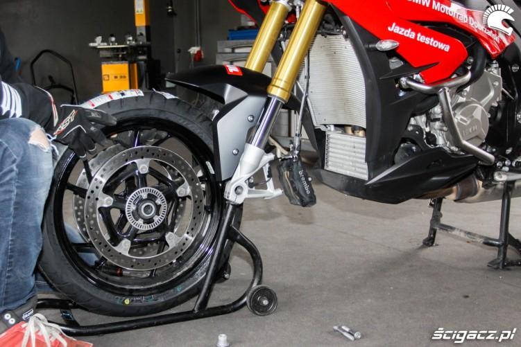 zakladanie kola przedniego Bridgestone T30 Scigacz pl