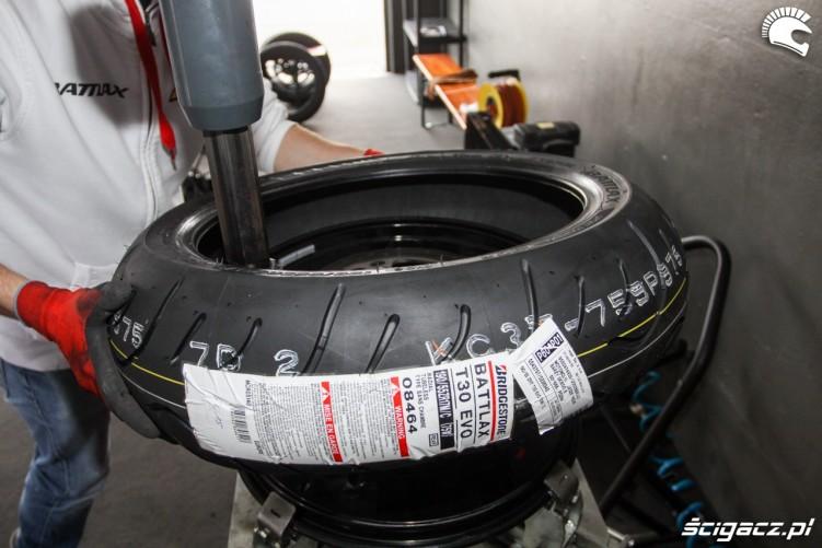 zakladanie opony Bridgestone T30 Scigacz pl