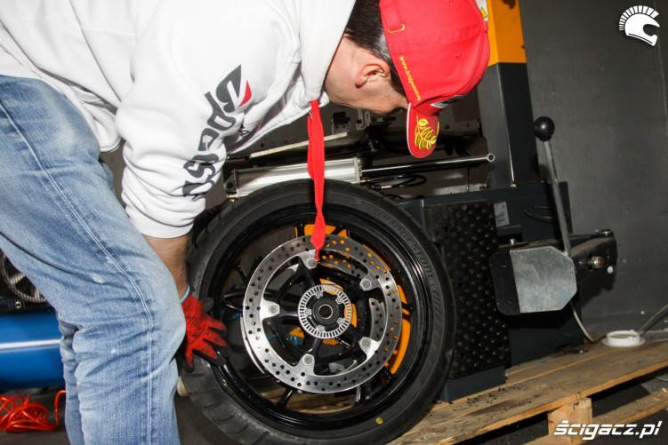 zdejmowanie opony Bridgestone T30 Scigacz pl