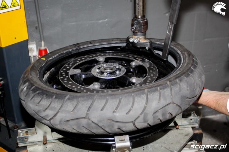 zdejmowanie przedniej opony Bridgestone T30 Scigacz pl