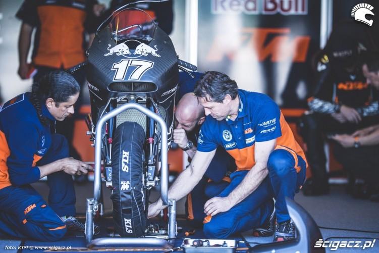 KTM RC16 Box Misano 2016 mechanicy