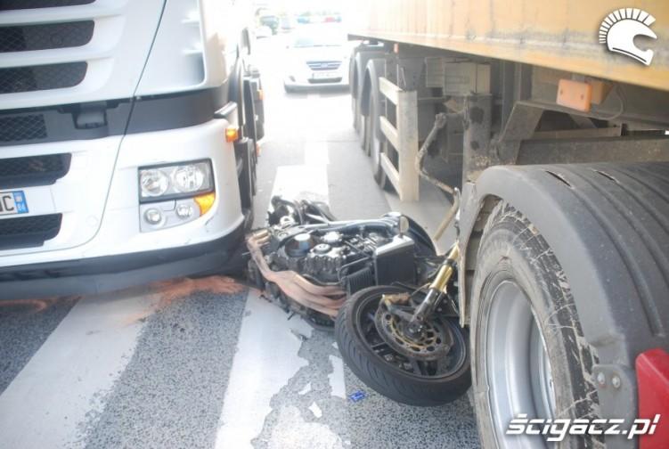 Wypadek motocyklowy ciezarowki