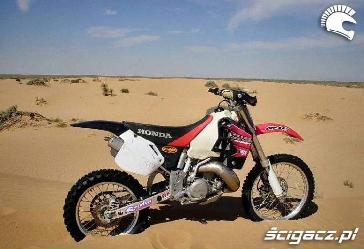Honda CR500 na pustyni