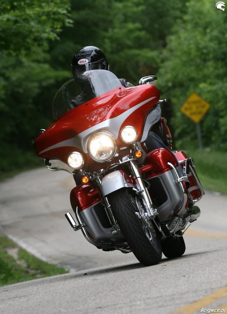 motocykl z wlaczonymi swiatlami