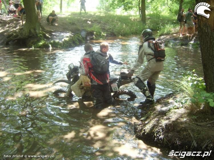 mtocykl suzuki przeprawa rzeka