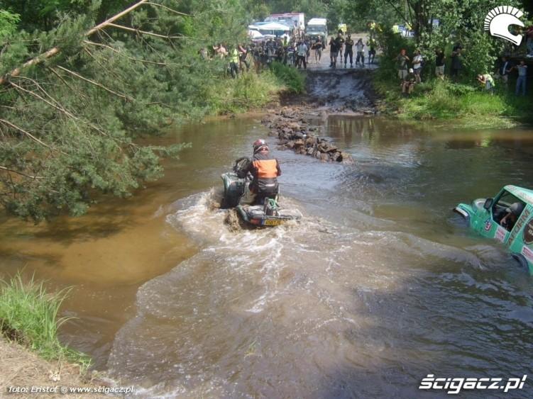 zawodnik na quadzie przejaz przez rzeke