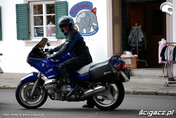 Garmisch motocyklista przy przedszkolu