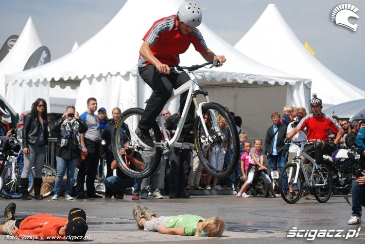 Skoki nad ludzmi pokaz rowerowy