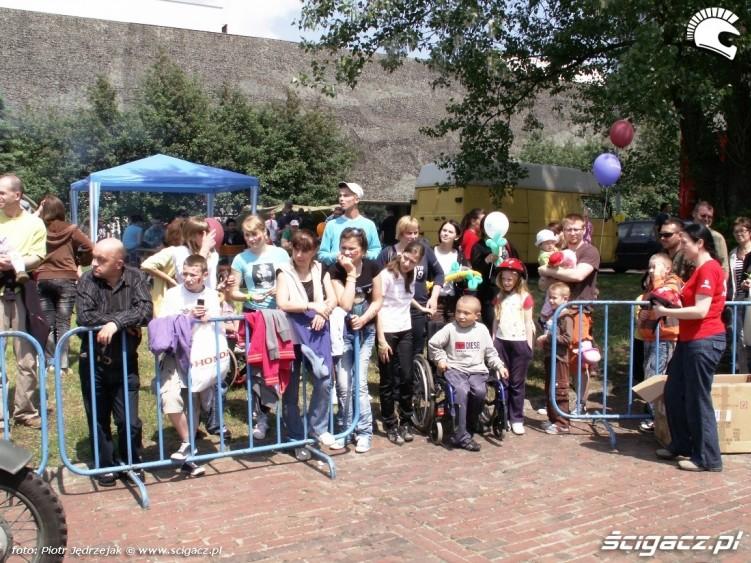 kolejka do przejazdow motocyklowych Dzien Dziecka w Centrum Zdrowia Dziecka