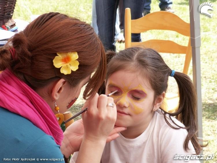 malowanie buzi Dzien Dziecka w Centrum Zdrowia Dziecka