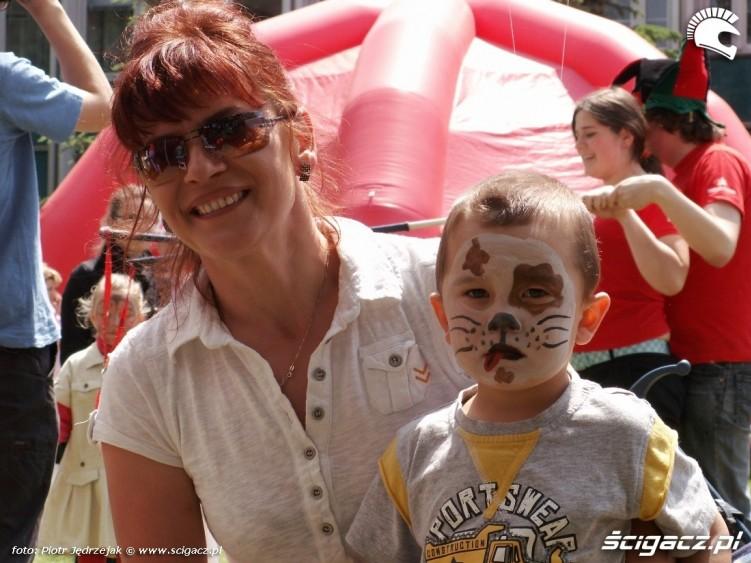 malowanie twarzy z mama Dzien Dziecka w Centrum Zdrowia Dziecka