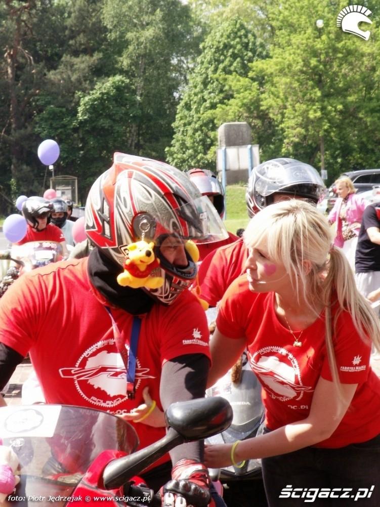 motocyklista z puchatkiem Dzien Dziecka w Centrum Zdrowia Dziecka