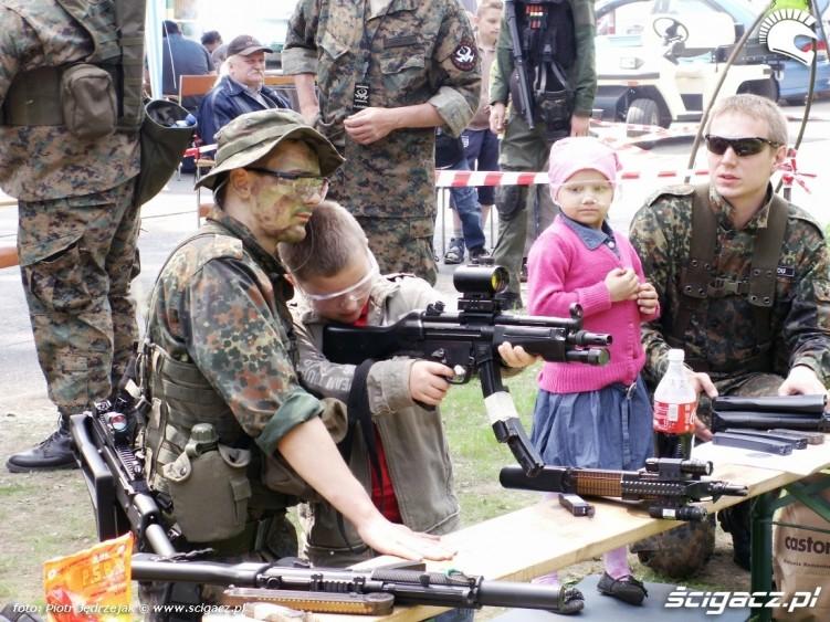 strzelanie do tarczy Dzien Dziecka w Centrum Zdrowia Dziecka