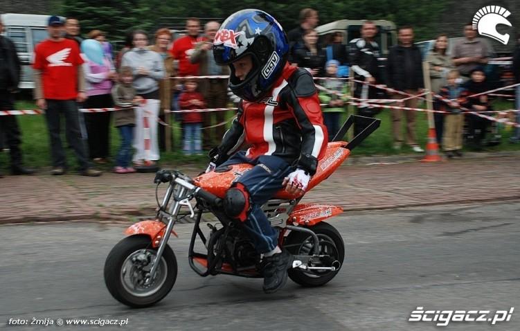 Jazda motocyklem bez trzymanki