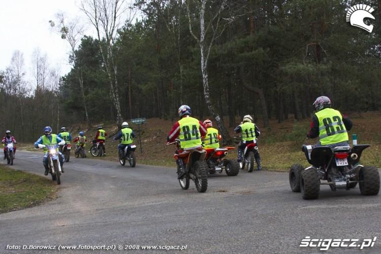 zawodnicy rozjezdzaja sie LXII pogon za lisem pionki 2008 a img 0187