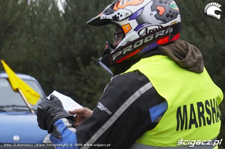 zawodnik oglada karte przejazdu LXII pogon za lisem pionki 2008 b img 0019