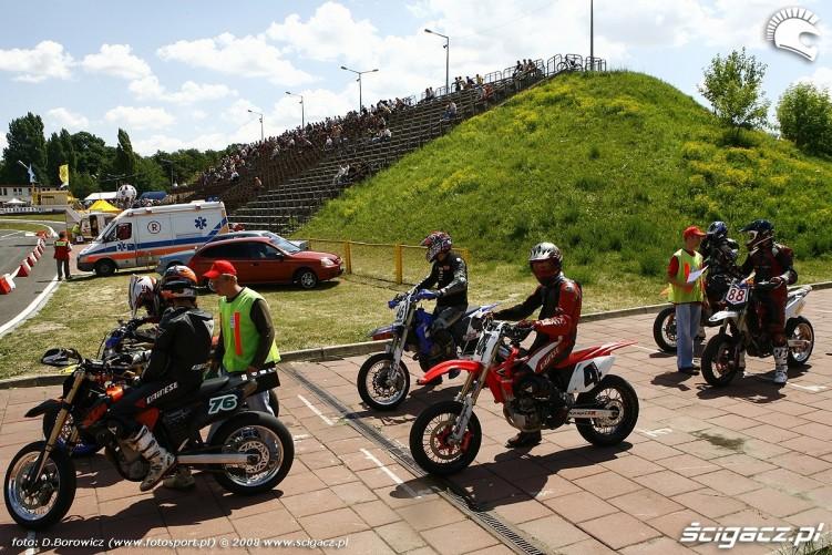 zawodnicy pola przedstartowe radom supermoto motocykle lipiec 2008 b mg 0026